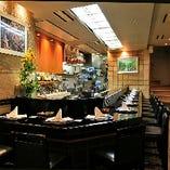 カウンター席では、調理風景を眺めながらのお食事も