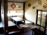 手作りシーサーや沖縄陶器が並ぶ店内。ユニークな琉球ムード!