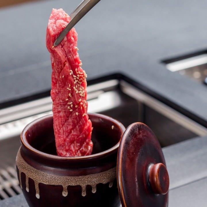 独自配合のタレに漬け込んだ漬け込み肉は濃厚な味が魅力