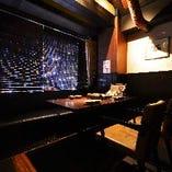 テーブル席は落ち着いたラグジュアリーな雰囲気が自慢の空間です