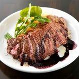 牛ハラミ肉のグリル 赤ワインソース