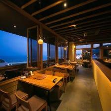 開放感溢れる海辺のレストラン空間
