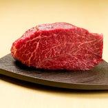 熟成肉からは熟成肉独特の甘い香りと旨みがジュワっとあふれ出す