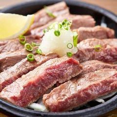 県産和牛のレアステーキ