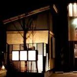黒を基調とした現代風木造家 向いに姉妹店「泉味亭」がある