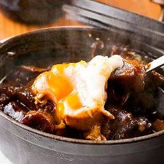 牛スジとごぼうのデミグラ味噌煮込み 温玉のせ