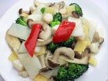 エビ、貝柱、イカと野菜の塩味炒め