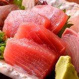 その魚の色を見れば新鮮さが「一目瞭然」美しく盛られたマグロ