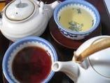 お茶によって色も違います ジャスミン茶とプーアル茶