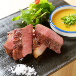 厚切りレアステーキや黒角煮など、バラエティ豊かな牛タン料理