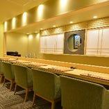 季節の食材を使用した四季を感じる日本料理を堪能するカウンター席