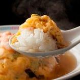 トロトロふわふわに仕上げられた天津飯です。