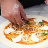 手作りのピザはALL500円! ソース~生地まで全てオリジナル!