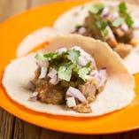 シンプルな味付けで豚の旨味を味わえるカルニータタコス!