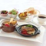 和食、洋食、中華のメニューを週替わりでご提供しています。