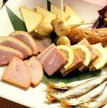 ・シェフが毎日仕込んだ燻製料理は絶品です!