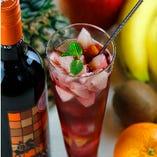 こだわりのワインを使った自家製サングリアは女性に人気のドリンクです。