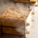密封状態で短時間に高温の蒸気で蒸すので、あさりが固くならず、芳醇な味わいが更に増して、ご飯とまろやかに一体化します。これが炊き合わせの技術であり、蒸籠蒸しの力です