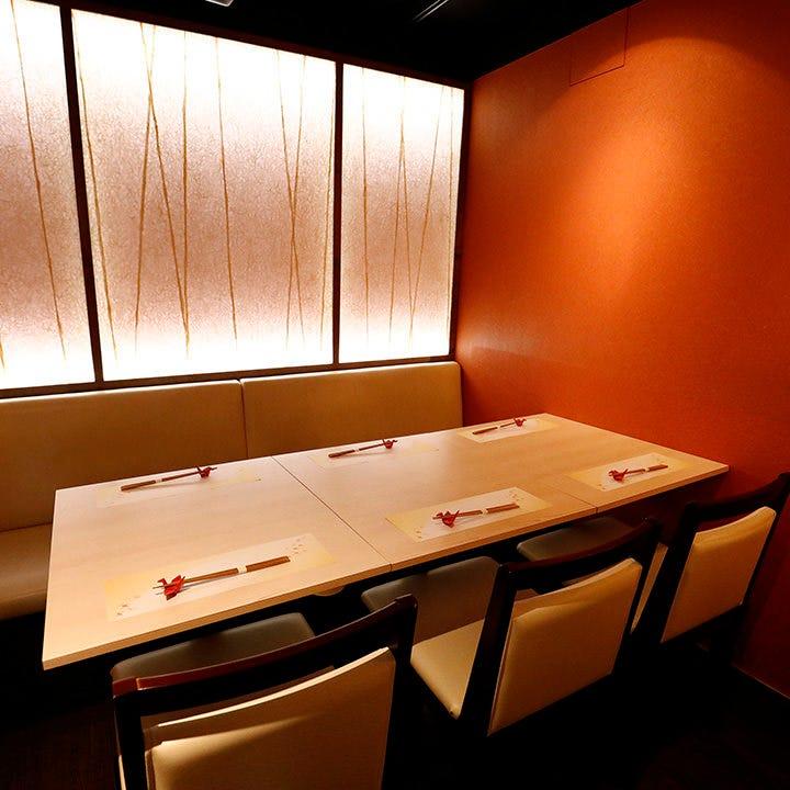 2〜6名様用テーブル個室は柔らかい光に包まれ、落ち着ける空間