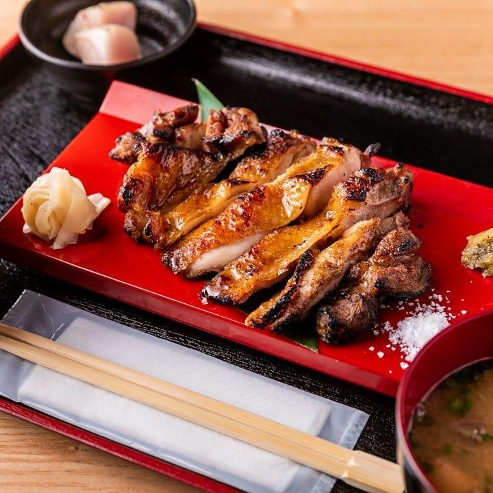 豚ロースの藁焼きにご飯やお味噌汁が付いて880円(税込)◎