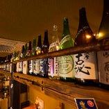 全国の地酒や焼酎がディスプレイされた店内は、情緒があり居心地のいい空間です