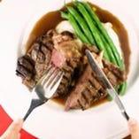 飲み放題付 4,000円(税抜)コース、メインの肉料理の一例です。