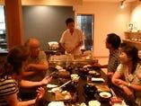 お客様のテーブルの目の前で握りたての寿司をお出しします