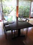 ゆったりとした空間のテーブル席