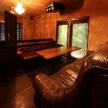 2階はソファー席、大人な時間を美味しいお酒と共に