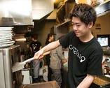 厨房でもスタッフは明るく笑顔
