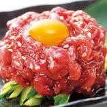 【桜ユッケ】馬肉のユッケです。790円(税抜)