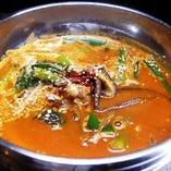韓国料理の定番「ユッケジャンスープ」は牛肉の濃厚ピリ辛スープ。パンチの効いた旨辛味を汗をかきながら召し上がれ