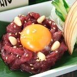 新鮮な馬肉を使った「桜ユッケ」。赤身のコクと滑らかな舌触りがクセになるおいしさです
