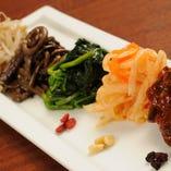 定番の「ナムル盛合せ」。新鮮野菜にごま油とニンニクを効かせた自家製です
