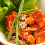 新鮮なタラの内臓を塩漬けした珍味「チャンジャ」。複雑な旨みと辛さがヤミツキ必至のオツな味です