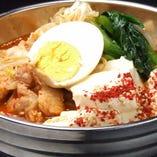 定番の韓国料理をラーメンに仕立てた「スンドゥブラーメン」。もちもち麺と豆腐やナムル、キムチなどの具材に、牛骨の旨みがとけだした旨辛スープが絡みます