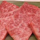 定番人気の部位、山形牛の「和牛カルビ」。美しいサシに由来する、とろける食感と甘い脂、濃厚な旨みをご堪能ください