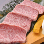 上質肉を心行くまで楽しみたいときは2.5H飲み放題付「黒毛和牛希少部位堪能コース」がおすすめ。ミスジやザブトンなど、1頭から数キロしか取れない希少部位が食べ比べて楽しめる15品仕立てです