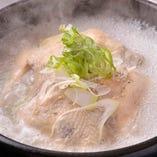 新鮮な丸鶏を使った「特製手作り参鶏湯」。もち米やなつめ、くるみなどの具材と、丸鶏から溶け出した出汁が相まって得も言われぬ滋味を生み出します