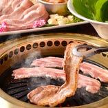 お得度満点「サムギョプサル食べ放題コース」。豚バラ肉をサンチュで巻いて薬味といただくサムギョプサルは、本場でもヘルシー&おいしいメニューとして女性に大人気。ぜひお試しください