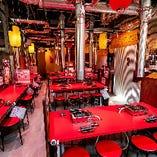 赤を基調にダクトのシルバーがアクセントの活気溢れる空間に、4名様テーブルを12卓配したメインフロア。所々にパーテーションを配し、プライベート空間をしっかり確保できる仕様です