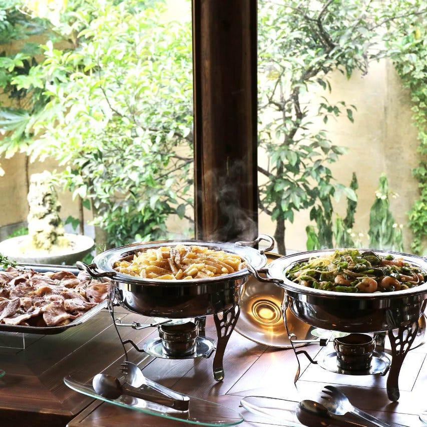 大人数のパーティではブッフェ形式でお料理をご用意しております