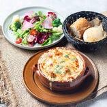 天然エビとマッシュルームの濃厚グラタンランチ(サラダ+パン)