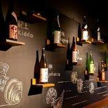 黒板に日本酒ボトルが飾られた雰囲気ある空間♪