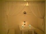 らんぷの揺らめく店内。柔らかな布に覆われた半個室。