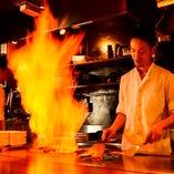【鉄板焼き】熱々の鉄板を使った調理はまさに職人技