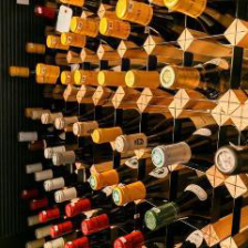 圧巻の700種が並ぶワインセラー