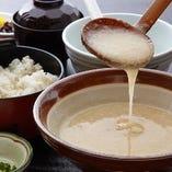 国産やまと芋を千代田特製だしでのばした麦とろと麦ごはん