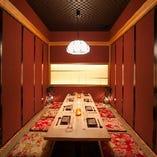 落ち着いた雰囲気の中人数個室。天井が高いので開放感あり!