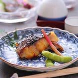 銀鱈や鰆の「ふじ久特製みそ漬」は、お土産に大変人気です。